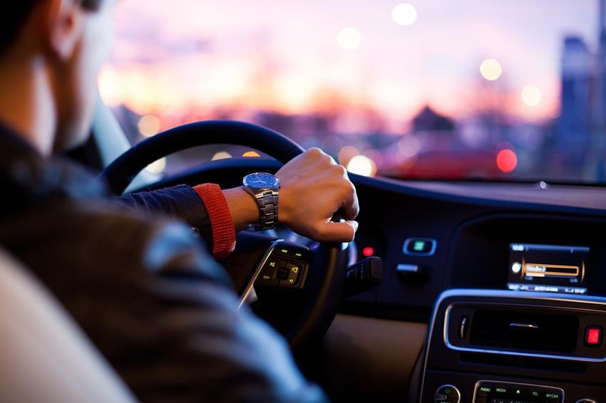 motorista segurando direção de carro