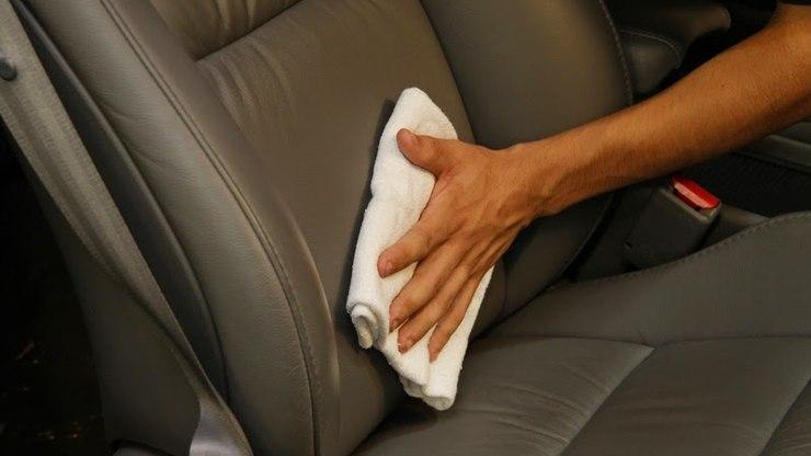 A imagem mostra alguém limpando a parte interna do carro. Foto para ilustrar o texto sobre como valorizar o seu carro