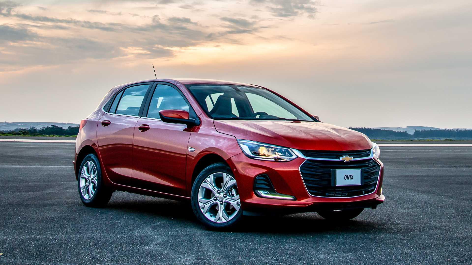 Carro Chevrolet Onix Hatch ilustrando o texto Descubra os 10 carros mais econômicos do Brasil em 2020