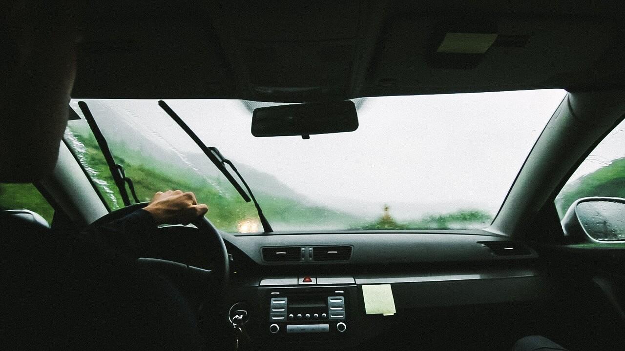 Imagem de um homem dirigindo um carro. Foto para ilustrar o texto sobre como valorizar o seu veículo