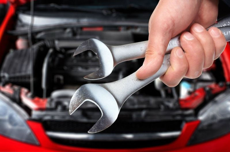 A imagem mostra um mão consertando um carro. Foto para ilustrar o texto sobre como valorizar o seu carro