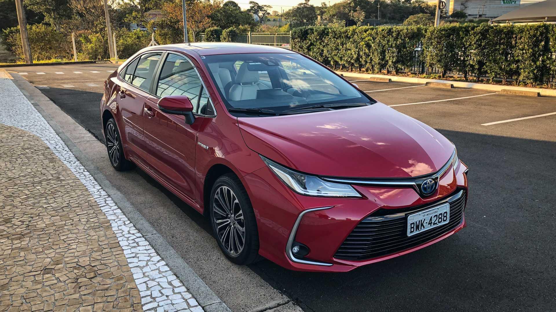 Carro Toyota Corolla ilustrando o texto Descubra os 10 carros mais econômicos do Brasil em 2020