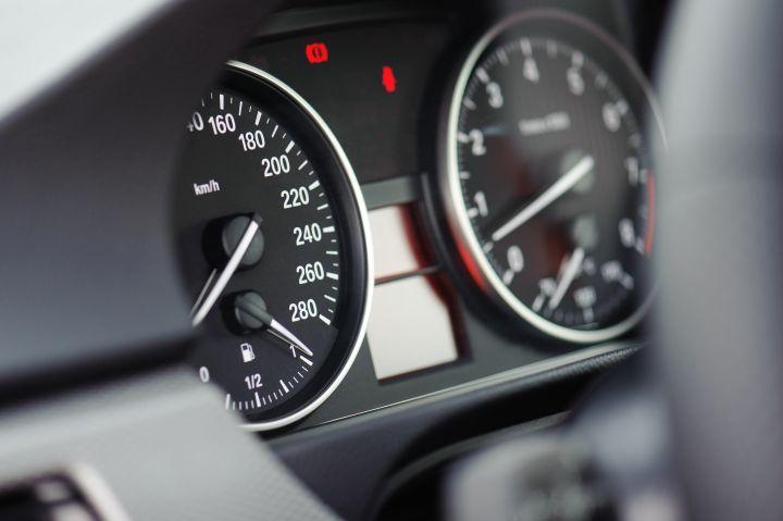 A imagem mostra um painel de carro .Foto para ilustrar o texto sobre tipos de motores de carros