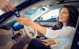 Foto de uma mulher dentro do carro recebendo a chave. IMagem para ilustrar o texto sobre como fazer um bom negócio ao comprar um carro