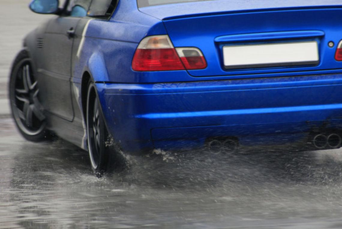 Imagem para ilustrar o texto sobre aquaplanagem